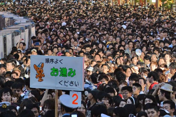 混雑度合いを予測できれば安全確保と警備員の業務効率化につながる(東京都の隅田川花火大会)