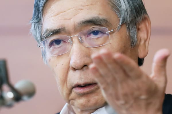 追加金融緩和策を決定し、記者会見する日銀の黒田東彦総裁(7月29日、日銀本店)