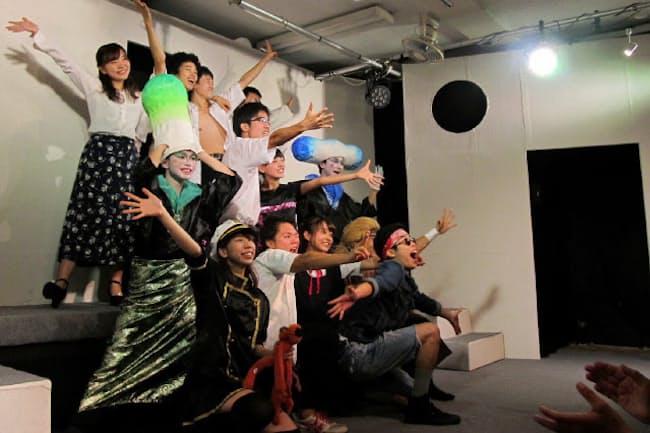 3年3組が演じた青春ラブコメディー「NBL大作戦」。アドリブの一発芸で盛り上がった。