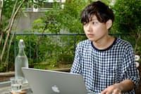 1998年横浜市生まれ。高校3年時の17歳で「hollow world」を発表しメジャーデビュー。今春、都内の大学に入学。現在セカンドアルバムを制作中。