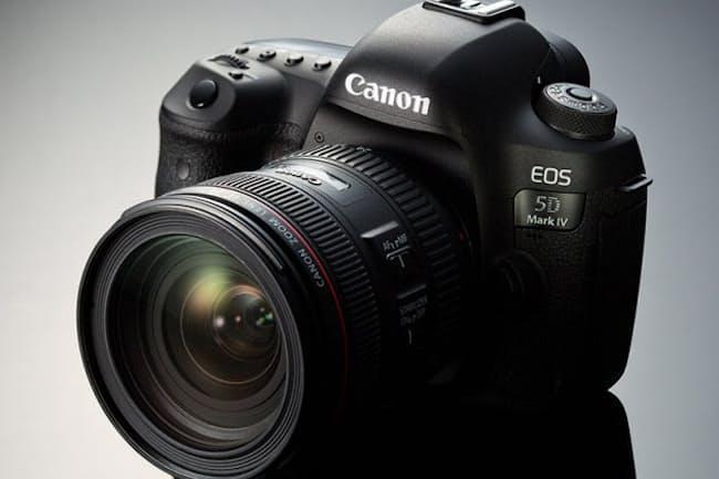 約4年半ぶりにモデルチェンジを果たした「EOS 5D Mark IV」。見た目はMark IIIとほとんど変わりないが、撮像素子をはじめパーツやメカが一新された。ボディー単体モデルの実売価格は43万2000円前後と、やや高めの水準。発売は2016年9月8日の予定