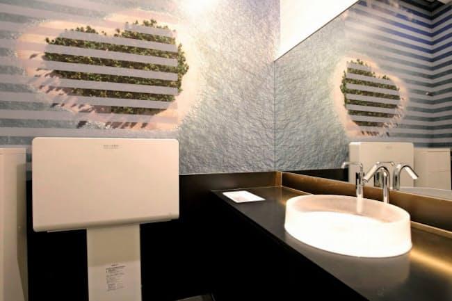ギャラリーのような空間で最新のトイレが旅客を迎える(成田国際空港のギャラリーTOTO)