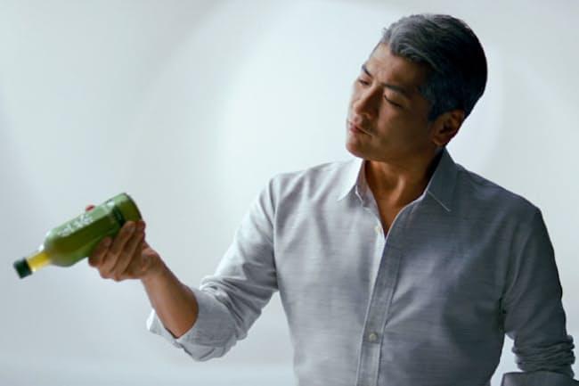 キリンビバレッジ「生茶」のCMに出演する吉川晃司さん