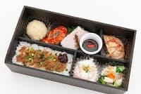 日本抗加齢医学会と日本肥満症治療学会、両方で紹介された横浜中華街招福門の弁当(435.5kcal)。豆腐の白きくらげシュウマイ、塩チャーシューの黒酢ザクロソース 山椒とクコの実のせ 、鶏肉の烏龍茶煮込み 生姜と針唐辛子のせなど、低カロリーながら中華のうまみと知恵が盛りだくさん
