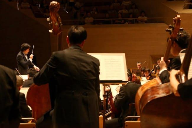 柴田作品を演奏する指揮者の山田和樹と日本フィル(3日、東京都港区)