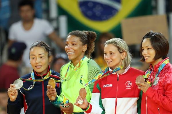 柔道女子57キロ級で金メダルを獲得したブラジルのラファエラ・シルバ選手(左から2人目)=8月8日、リオデジャネイロ(玉井良幸撮影)