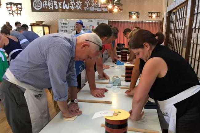 英国の旅行会社幹部は8月、瀬戸内エリアの視察ツアーでうどん打ちを体験(香川県琴平町)