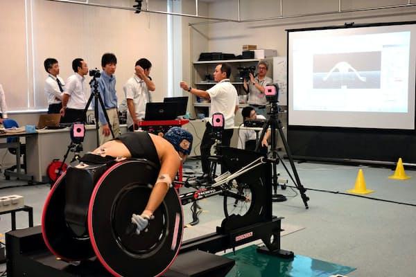 スクリーンにモーションキャプチャーで捉えた選手の動作データが映し出される
