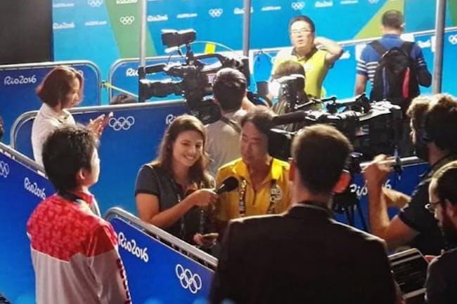 卓球男子個人で銅メダルに輝いた水谷隼選手のインタビュー。インタビュアーの女性スタッフに英語に訳して伝える(リオセントロ会場)