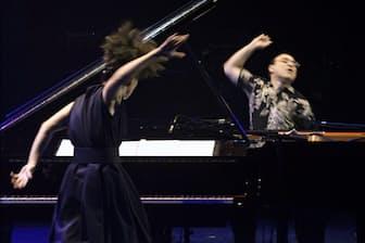 緩急自在の即興演奏で、迫力満点のピアノバトルを繰り広げた上原ひろみ(左)とミシェル・カミロ=市川 幸雄撮影