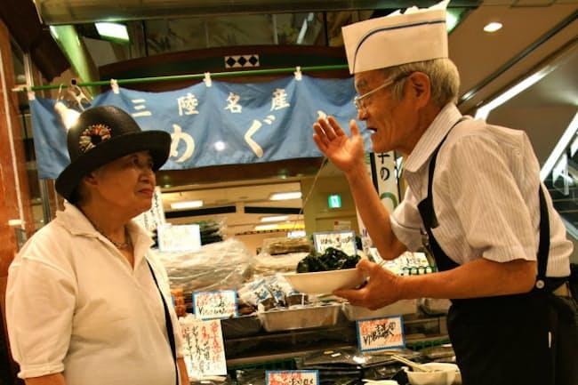 海産物を売り込む細矢さん(右)(東京都狛江市のOdakyu OX狛江店)