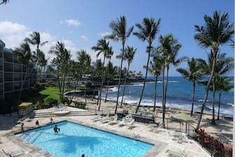 ハワイ島らしい溶岩石でできた海岸線はオアフ島とは趣がまた違う。カイルア・コナに建てられたコンドミニアム、アストン・コナ・バイ・ザ・シーから撮影