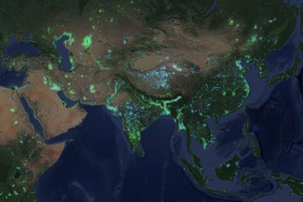 チベット高原が青くなっているのが目立つ。この30年で水中に没した面積が世界最大だ。(MAP COURTESY GOOGLE)