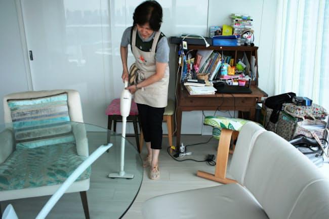 稲葉あゆみさん宅を掃除する家事代行サービス「カジアル」のスタッフ