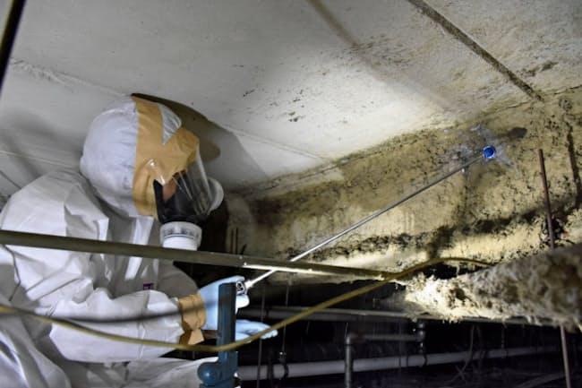 専用の液剤をアスベスト含有材に吹き付ける