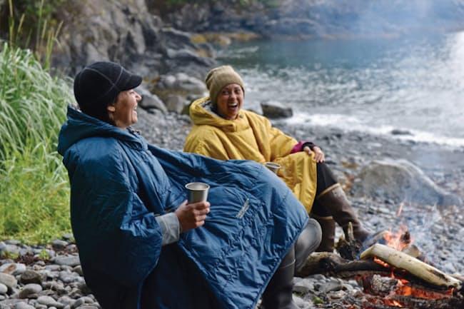 サーマレスト「ホンチョポンチョ」(2万円)。体から放出される熱は逃さずに、湿気を逃がす「37.5 断熱テクノロジー」を採用。肌寒い野外でも、体温を逃がさない