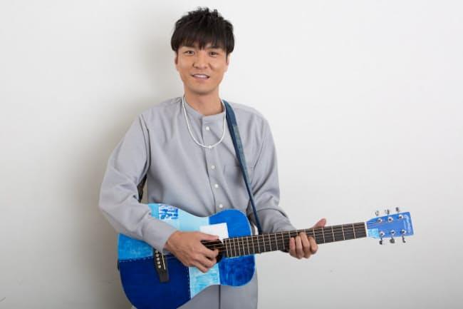 「話すのは今回が初めて」という世界に一つだけのギターを手にする森山直太朗さん