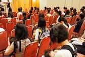 東京都が主催した合同就職面接会に赤ちゃん連れの女性も参加した(東京都立川市)