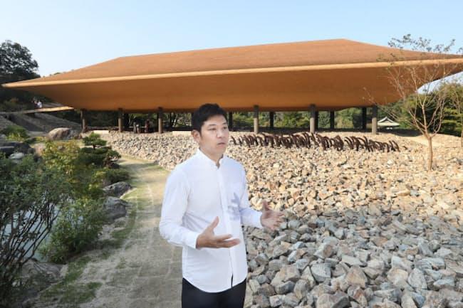 アートパビリオン「洸庭」の設計に携わった彫刻家の名和晃平(広島県福山市)