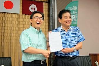 河村名古屋市長(右)と大村愛知県知事はアジア大会の共催復帰で正式合意した(9月20日、名古屋市中区)