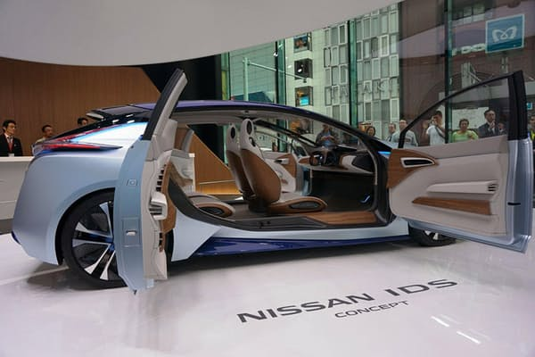 日産ショールーム「NISSAN CROSSING」(1・2階)の営業時間は10~20時。1階センターステージで最先端の自動運転機能を搭載した「Nissan IDS Concept」のデモンストレーションが始まると、多くの通行人が足を止めて見ていた