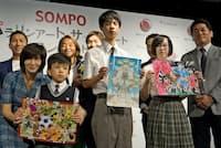 「SOMPOパラリンアート・サッカーアートコンテスト」でグランプリを受賞した飯山太陽さん(前列中央)
