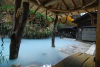 自然のなかの露天風呂は外国人にも人気が高い。乳頭温泉郷「鶴の湯」(秋田県) (写真:japan-guide.com)
