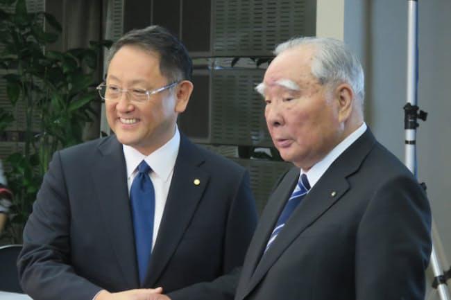 スズキ会長の鈴木修氏(右)とトヨタ自動車社長の豊田章男氏
