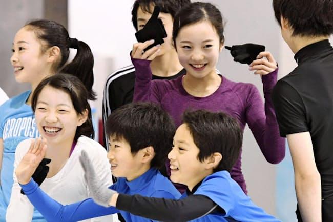リオ五輪はテレビにくぎ付けだったという本田真凜さん(奥右)