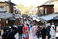 東京五輪に向けて京都では文化関連イベントが始まる(京都市の産寧坂を訪れる外国人観光客)