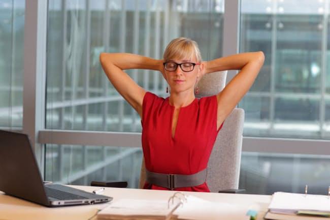 腰が真っすぐに立ち、胸を開いた状態であれば、椅子に座って行ってもいい(c)Marcin Balcerzak 123-rf