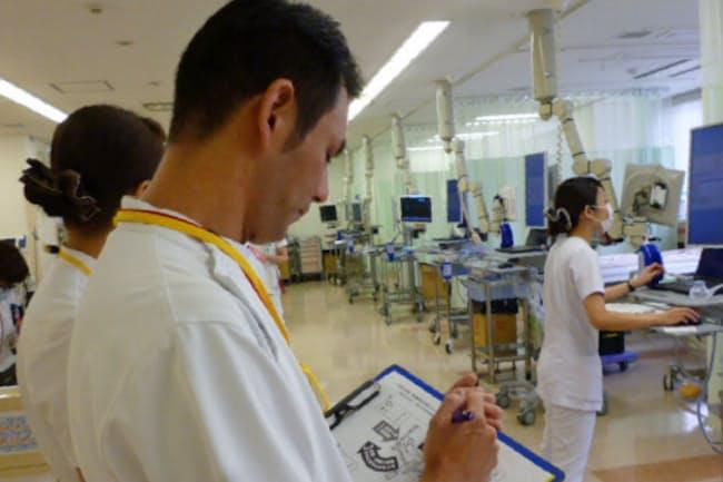東邦大学医療センター大森病院の専門チームは消毒などを徹底しているかをチェックする(東京都大田区)