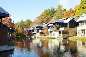 カエデが赤く色づく錦秋から、カラマツが黄金色に輝く黄葉へ。秋の集落では2つの紅葉を楽しめる(写真提供:星のや軽井沢、以下同)
