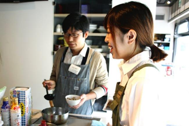 男女混合で行うABCクッキングスタジオの料理教室。20~30代前半の男性の参加が多い(東京都中央区)