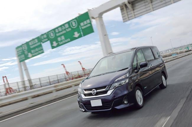 高速道路での自動運転に対応した日産自動車の「セレナ」(写真は山本琢磨、以下同)