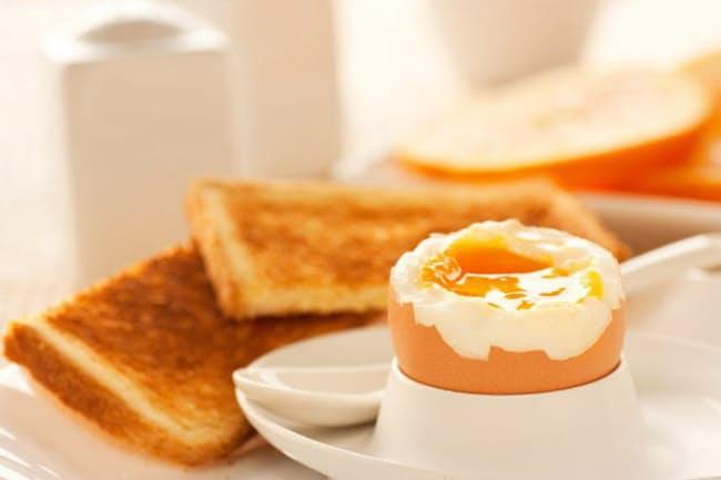 朝食にパンを食べるなら、卵などのたんぱく質をセットにして(c)nikkiphoto 123-rf