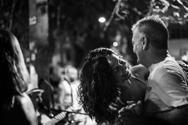 リオの街角でサンバを踊る男女