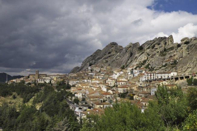 切り立った岩山に抱かれたピエトラペルトーザの町