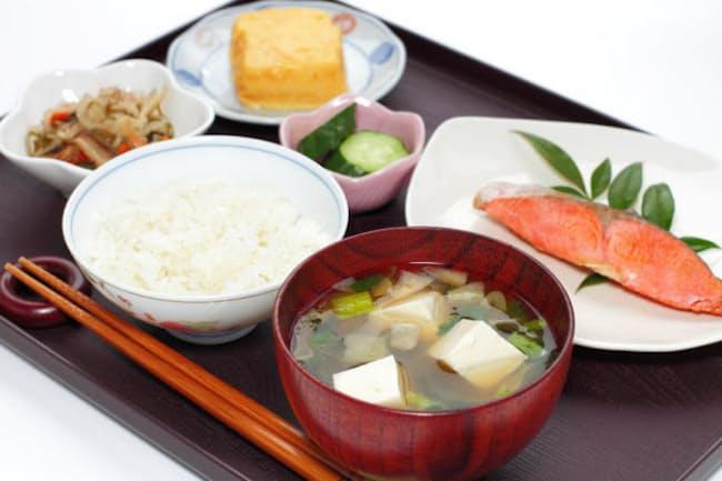 質の良い睡眠を得るには、味噌汁やごはん、焼き魚などがそろった和の朝食が理想的だという。そのワケとは?(c)yumehana 123-rf
