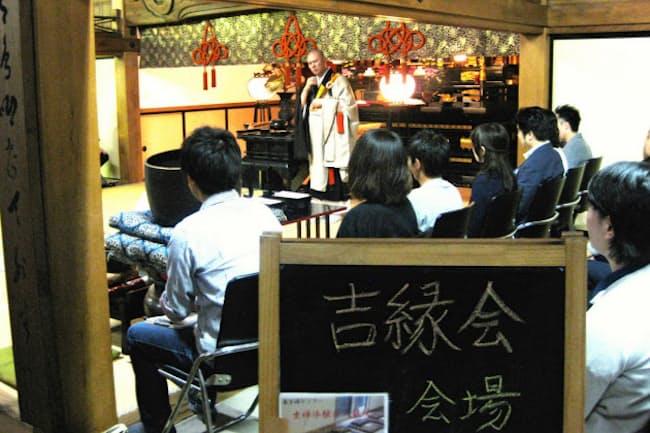 開会式で住職の話に熱心に耳を傾ける吉縁会の参加者(東京・谷中の天龍院)