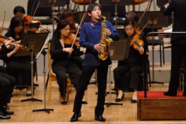 群馬交響楽団と共演する上野耕平(10月12日、群馬県桐生市)=同楽団提供