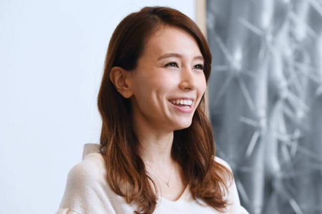 May J.(メイジェイ)1988年神奈川県出身。18歳でデビュー。2014年公開のディズニー映画「アナと雪の女王」日本版主題歌担当。16日にミニアルバム「Christmas Songs」発売。