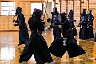 昨年の全日本実業団で優勝した西日本シティ銀行剣道部。土曜の早朝から稽古に熱がこもる