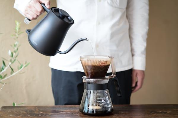 バルミューダが10月21日に発売した電気ケトル「バルミューダ ザ・ポット」。従来の電気ケトルと違い注ぎ口が細く、快適にコーヒーが入れられる(写真:Chikara Hayashi)