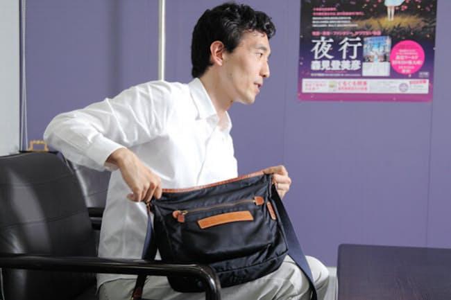 プライベートも仕事でもいつも肩にかけているという、お気に入りのショルダーバッグを語る森見さん