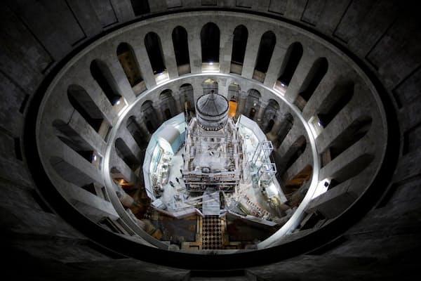 エルサレムの聖墳墓教会内で、イエス・キリストの遺体が安置されたという石墓を囲んで建てられた聖堂「エディクラ」の修復作業が行われている。(PHOTOGRAPH BY ODED BALILTY, AP FOR NATIONAL GEOGRAPHIC)