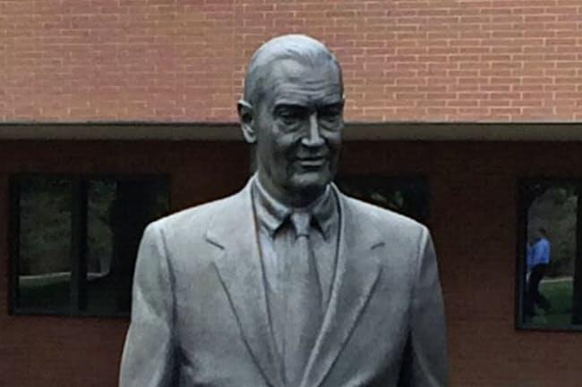 バンガードの創業者、ジョン・ボーグル氏の像