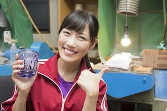 江戸切子体験を終えた高城さん。手にしているのが、彼女が削ったグラスです