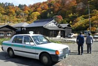 横浜市の男性は乗り合いタクシーで、妻と初めて秘湯「泥湯」を訪れた(秋田県湯沢市)