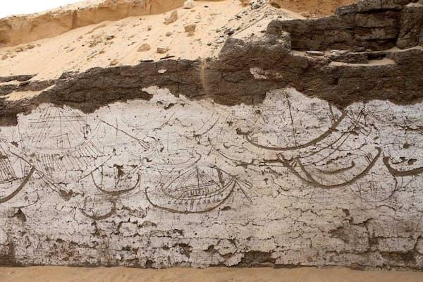 アビドスの遺跡で、白く塗られた日干しれんがの壁に描かれた船列。3800年前、ここには葬儀に使われた木造船が埋められていた。(PHOTOGRAPH COURTESY JOSEF WEGNER, UNIVERSITY OF PENNSYLVANIA MUSEUM OF ARCHAEOLOGY AND ANTHROPOLOGY)